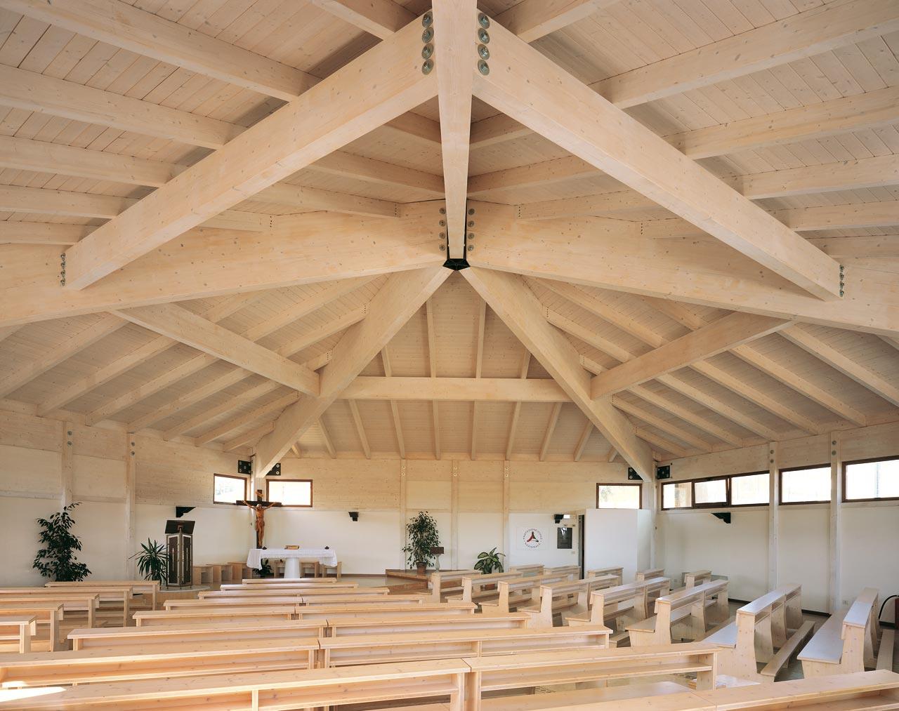 Chiesa san giuliano di puglia caritas molise 2002 for Case in legno puglia