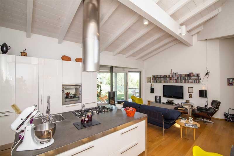 Casa in legno interni moderni with tetti in legno moderni for Casa legno antisismica costo