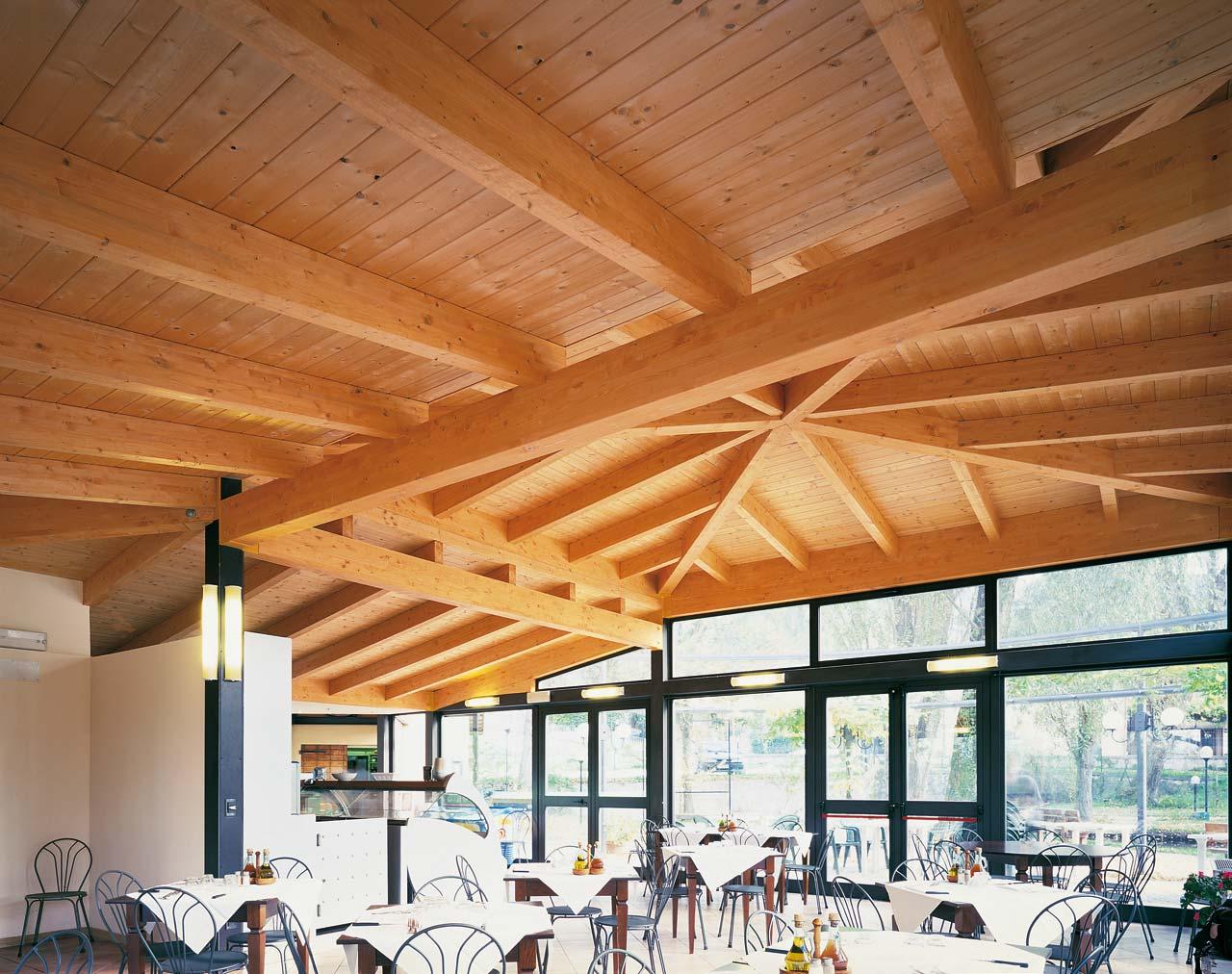 Tetto in legno ristorante fonti del clitunno for Inquadratura del tetto del padiglione